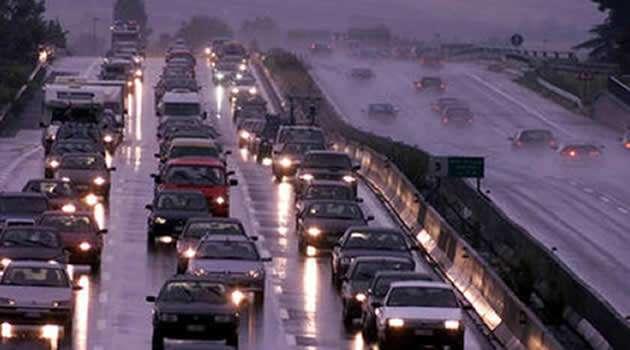 autostrada traffico e pioggia