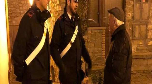 carabinieri con persona anziana