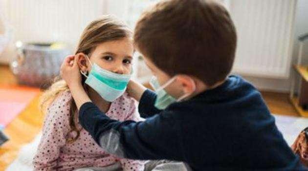 bambini con la mascherina