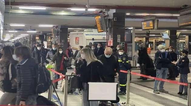 folla stazione Napoli centrale