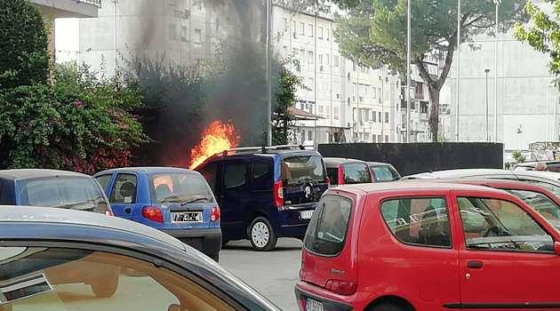 Melito - auto in fiamme a via Berlino